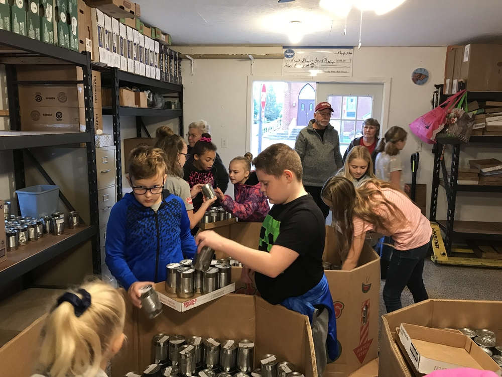 5th Grade Lends a Hand at NG Food Pantry